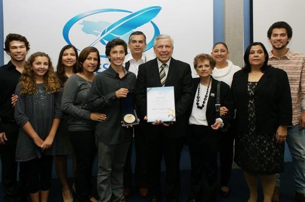 Mario Segura recibió la medalla junto a su familia este miércoles en el Colegio de Periodistas. | FOTO: LINDA TORRES.