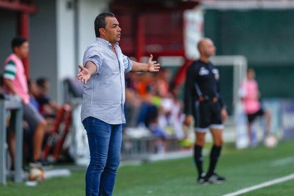 Fernando Palomeque se convirtió en el tercer entrenador de Carmelita en esta temporada. Parece ser que su primer encuentro le dejó más interrogantes que respuestas y satisfacciones. Fotografía José Cordero