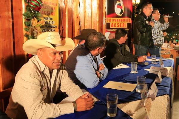Frank Mena (primero a la izquierda) es el nuevo narrador para la temporada 2018-2019 de Toros Teletica. Foto: Rafael Pacheco.
