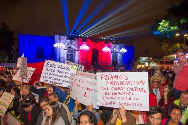 Las protestas también participaron en el acto de recibimiento de la Antorcha de la Independencia en Cartago.