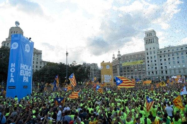 La gente ondea banderas catalanas durante una manifestación a favor de la independencia, el 11 de setiembre de 2017 en Barcelona durante la Jornada Nacional de Cataluña.