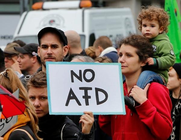Grupos que adversan al partido ultraderechista Alternativa para Alemania (AfD) expresaron su rechazo este sábado 23 de setiembre del 2017 en Berlín.