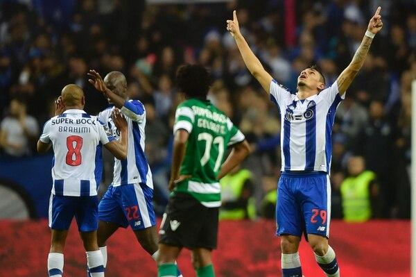 Tiquinho (29) celebra uno de los goles con los que el Porto derrotó 2-1 al Sporting Lisboa, este sábado en Portugal.