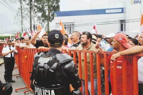 Tanto educadores como porteadores y buseteros mantuvieron la calma durante la protesta de ayer. Pancartas, banderas e incluso unas mascaradas acompañaron el prolongado intento de presionar al Gobierno. | ALBERT MARÍN