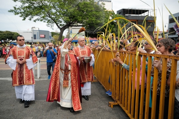 Monseñor José Rafael Quirós, arzobispo de San José, bendijo la palmas de los fieles que se congregaron en la explanada de la Iglesia de la Soledad. Foto: Jeffrey Zamora.