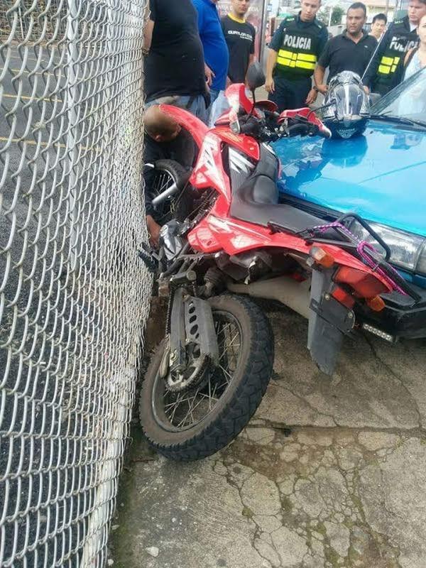 La rápida acción de los vecinos impidió al asaltante escapar en la moto roja que conducía.
