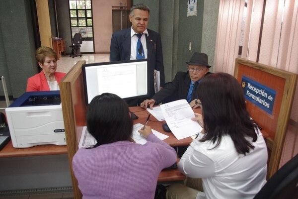 Justo Orozco llegó este viernes al TSE a solicitar su inscripción como candidato presidencial y la de los aspirantes a diputado por Renovación Costarricense.