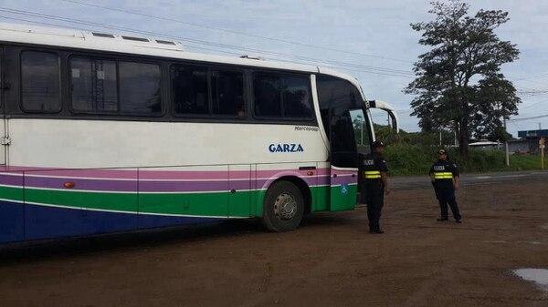 El autobús fue detenido por policías de la Fuerza Pública uno 7 kilómetros antes de llegar a la frontera con Nicaragua.