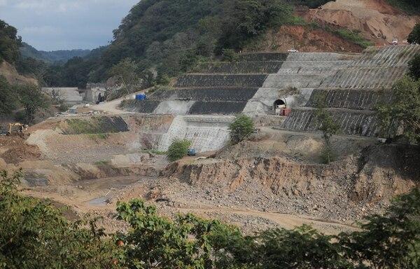 El proyecto hidroeléctrico Capulín San Pablo, en Turrubares, es desarrollado por el consorcio Hidrotárcoles S.A. El Banco Nacional giró $103,5 millones de los $117,5 millones que prestó a la empresa. El ICE decidió finalizar el contrato de construcción por incumplimiento, dado que la obra debió entregarse a mediados del 2017. Foto: Jeffrey Zamora