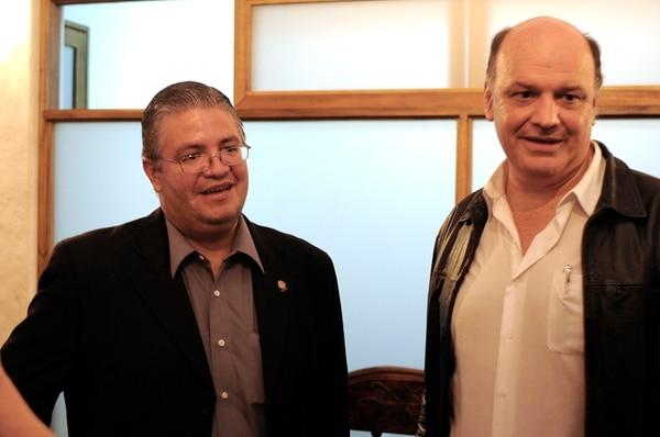 Rodolfo Piza (derecha) atendió a la prensa con el diputado Rodolfo Sotomayor, el 3 de octubre, cuando Hernández renunció por primera vez.   JORGE NAVARRO