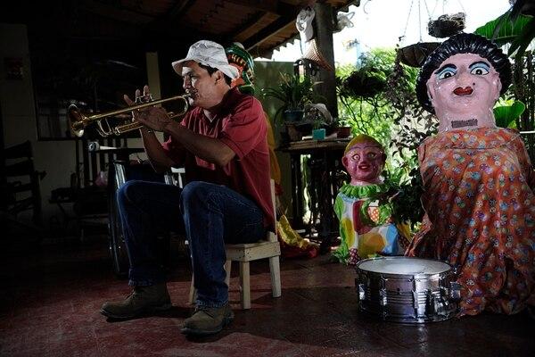 Rodrigo Retana heredó de su papá Ricardo Retana el amor por la música. Actualmente continúa con el legado de don Ricardo y ameniza eventos con una mascarada y una cimarrona.