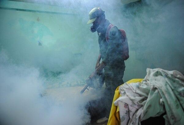 Un militar cubano realizaba el martes labores de fumigación en un barrio de La Habana como medida preventiva contra el zika. La Isla no registra ningún caso.