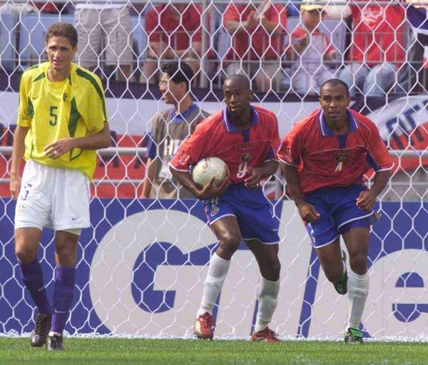 Paulo Wanchope (9) anotó el primero ante Brasil.
