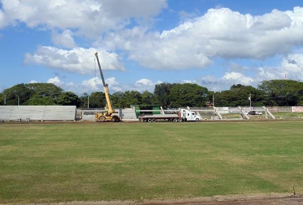 El estadio Edgardo Baltodano cada vez se ve mejor. El zacate tipo 419 Bermuda ya crece, y la gradería oeste se levanta. | ALEXIA CHINCHILLA DE COL P/ LN