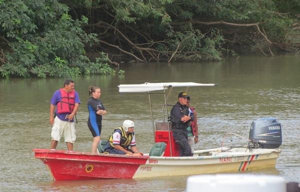 Personal de la Cruz Roja, de la Fuerza Pública y Bomberos rastrearon el río cerca del área portuaria de Los Chiles. En este lugar el cauce tiene en la orilla una profundidad de ocho metros. | CARLOS HERNÁNDEZ