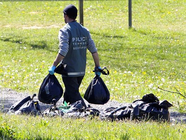 Un policía trabaja en uno de los depósitos de armas de ETA. La organización entregó la lista de estos depósitos este sábado.