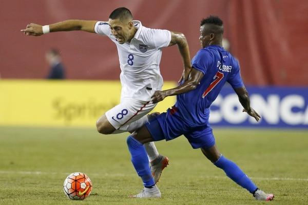 El artillero Clint Dempsey, autor del gol de los Estados Unidos, recibe una falta del haitiano Donald Gurrier.