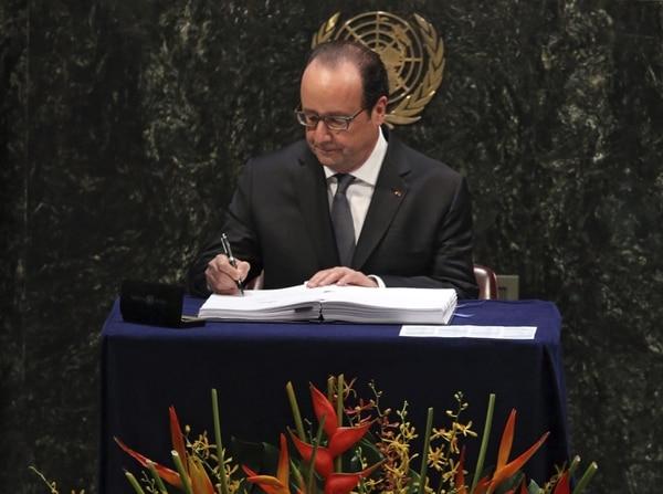 El presidente francés, Francois Hollande, firmó de primero el Acuerdo de París durante la ceremonia realizada en la sede de la Naciones Unidas en Nueva York (EE.UU.). Francia auspició la cumbre climática donde se negoció este acuerdo.