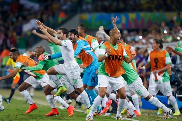 Los jugadores de Argelia celebran el pase a octavos tras el pitazo final del partido ante Rusia.