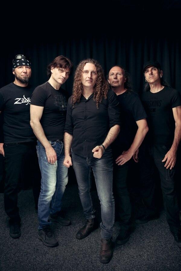 Rhapsody of Fire, anteriormente Rhapsody, es una banda italiana de power metal sinfónico formada en Trieste, por Luca Turilli y Alex Staropoli en 1993. Su primer nombre fue Thundercross, con el que sacaron un EP. Foto:Rhapsody.