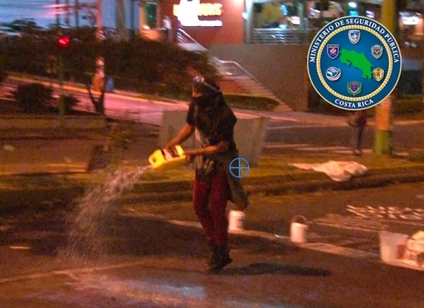 Las autoridades trabajan en la identificación de esta persona, quien sería el que lanzó combustible a los policías. Foto: MSP.