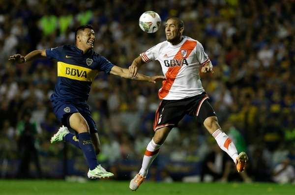 Andres Chavez (izq.) de Boca peleó el jueves pasado ante Jonathan Maidana de River, en la Bombonera. | AP