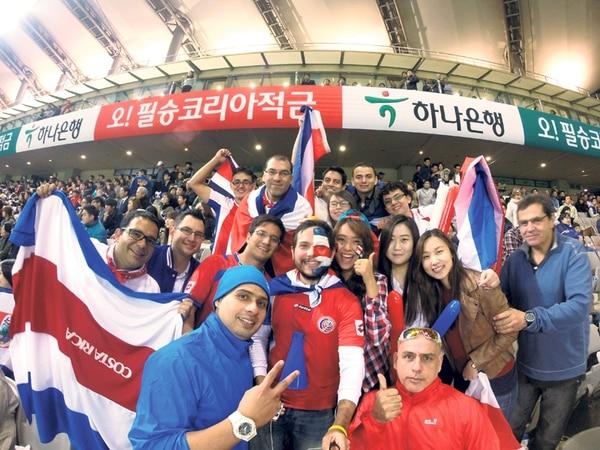 """Aunque eran solo 25 los ticos presentes en el Estadio Mundialista de la ciudad de Seúl, Corea del Sur, el """"oe, oe, oe, ticos"""" retumbó.   FEDERICO CAMPOS"""