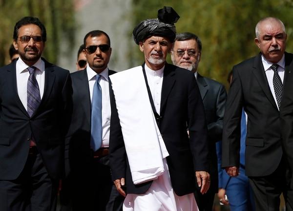 El nuevo presidente afgano, Ashraf Ghani Ahmadzai (C), a su llegada a la inauguración de la nueva presidencia afgana en Kabul.