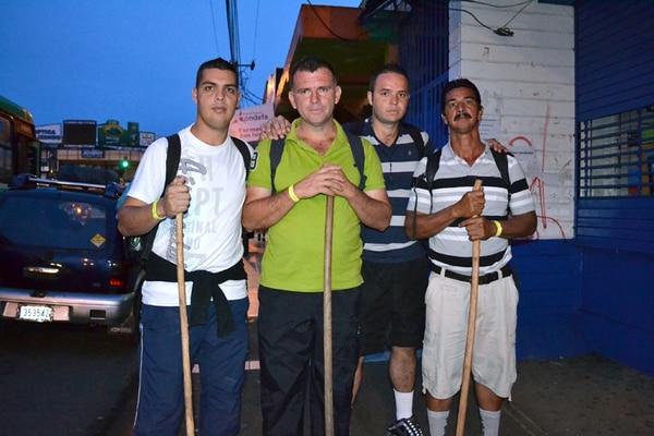 Keneth Romero, Gerald Badilla, Cesar Leiva y Carlos Badilla comenzaron ayer su caminata desde Pérez Zeledón. Cientos de generaleños avanzan hacia Cartago. | ALEJANDRO MÉNDEZ