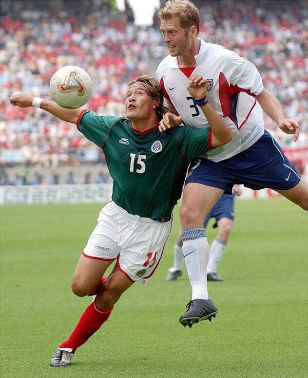 México y EE. UU. se situaron bien en FIFA tras el Mundial 2002. Esa vez, el azteca Luis Hernández se midió al estadounidense Greg Berhalter.   ARCHIVO