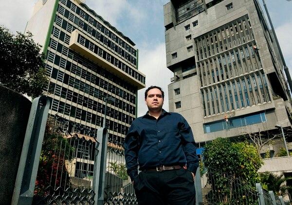 César Blanco trabaja en la CCSS desde el 2009, cuando la institución inició su plan en redes sociales.   FOTO: JOHN DURÁN