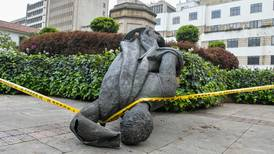 Indígenas colombianos derriban estatua de conquistador español en Bogotá