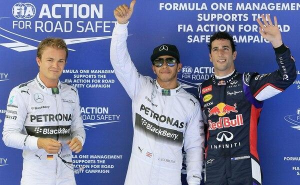 Los pilotos de Mercedes, el británico Lewis Hamilton (centro) y su compañero, el alemán Nico Rosberg (izquierda), junto con el australiano de Red Bull, Daniel Ricciardo (derecha)