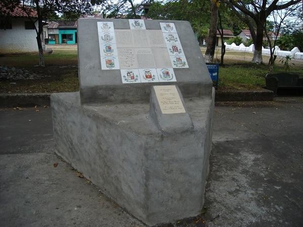 Este monumento en Nicoya reproduce el acta de 1824. | ARCHIVO