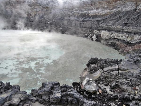 El lago de agua caliente del Poás mostró ayer una enorme cantidad de azufre flotando en la superficie. | GINO GONZÁLEZ PARA LN