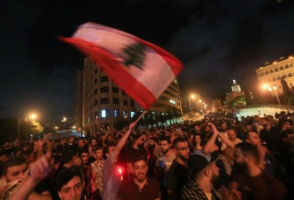 Protesta en Beirut, el 17 de octubre del 2019, contra el proyecto de ley para crear un impuesto a las llamadas telefónicas hechas por medio de aplicaciones.