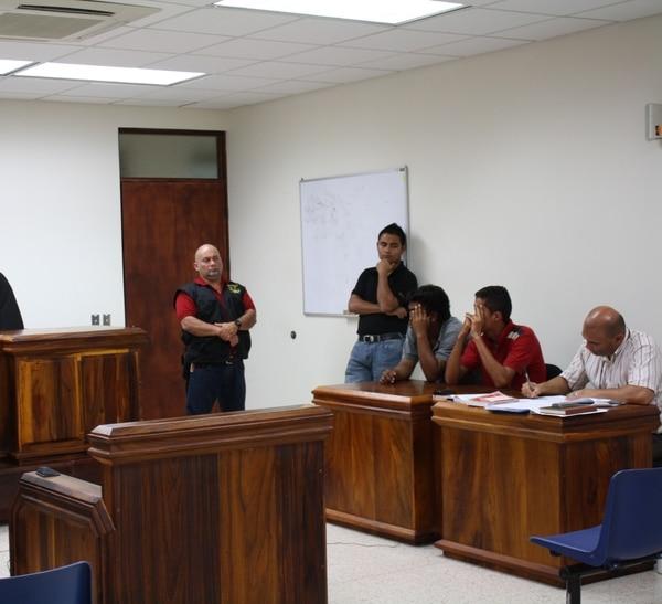 Los sujetos irán 15 días a prisión preventiva por robar celulares a estudiantes.
