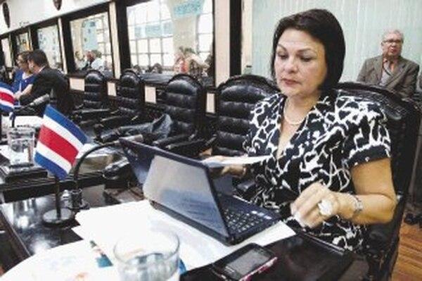 La jefa del PAC, Yolanda Acuña, afirma que seguirá en su puesto a pesar de que seis de los 11 diputados de la bancada rojiamarilla critican su gestión. Entre ellos, están Jeannette Ruiz y Gustavo Arias (al fondo).   JORGE CASTILLO