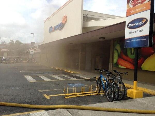 A la llegada de los socorristas aún salía humo del local.