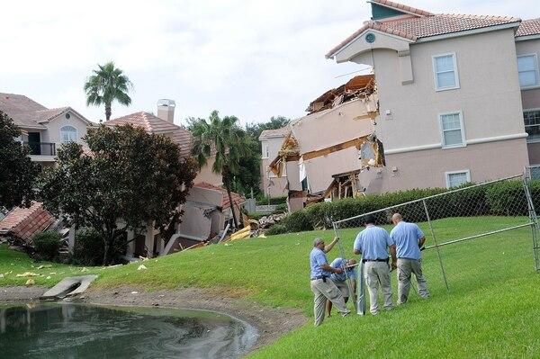 Un inmenso socavón provocó el derrumbe de un edificio y el hundimiento en otro complejo turístico en el centro de Florida, cerca de Disney World.
