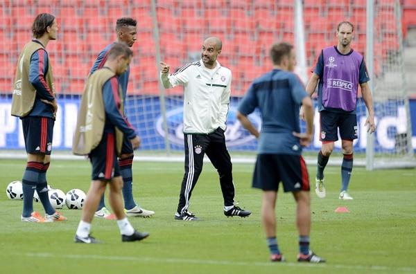 Pep Guardiola dirigió ayer el entrenamiento de su equipo, el Bayern de Múnich alemán, previo al juego de hoy por la Supercopa de Europa contra el Chelsea inglés.