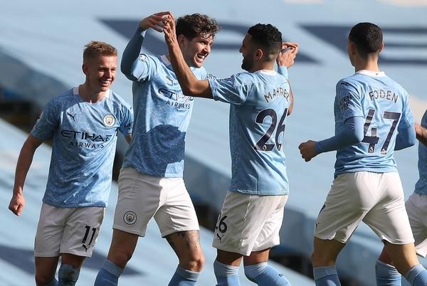 John Stones (segundo a la izquierda) festeja la anotación de su equipo, el Manchester City, ante el West Ham United. Fotografía: AFP