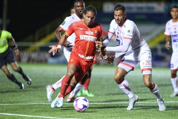 Jonathan McDonald es marcado por el defensor del Santos Rándall Alvarado, en el duelo que Herediano igualó 0-0 con los guapileños, en el estadio Jorge 'Cuty' Monge. Fotografía: John Durán