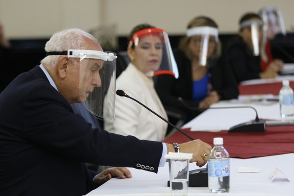 El jerarca del MOPT, Rodolfo Méndez Mata, también acudió a inicios de mes al Congreso a referirse al proyecto del tren eléctrico. Aquí con la primera dama, Claudia Dobles. Foto Asamblea Legislativa