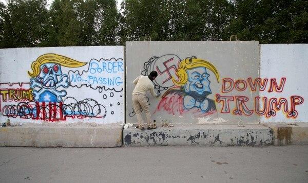 Arkan al-Bahadli pintó tres grandes y coloridos murales que incluyen escenas de Trump con forma de toro atacando la Estatua de la Libertad.
