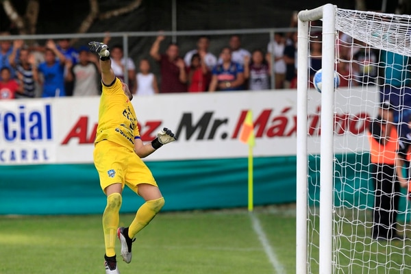 La acción del gol de tiro libre de Marvin Angulo ante Jicaral. Foto: Rafael Pacheco