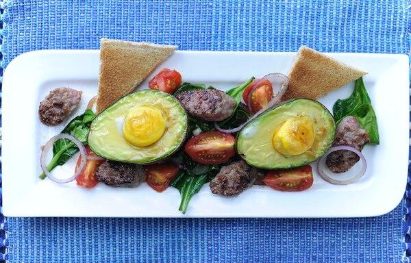 Aguacate con huevo al horno tieneun sabroso decorado comestible. Jorge Navarro.