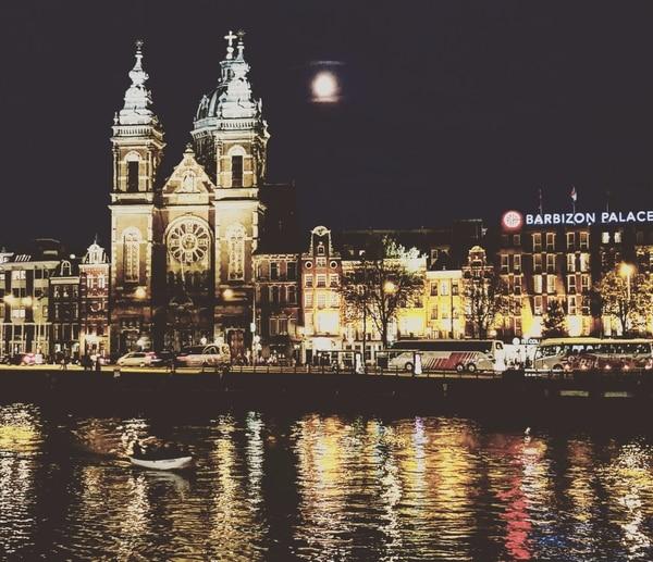 Esta es la iglesia Sint-Nicolaaskerk, cerca de la estación del tren Ámsterdam Central. Fotografía: Carlos Gutiérrez