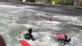 Guardacostas rescatan a adulto mayor y a su nieto que fueron arrastrados por la corriente en Caldera
