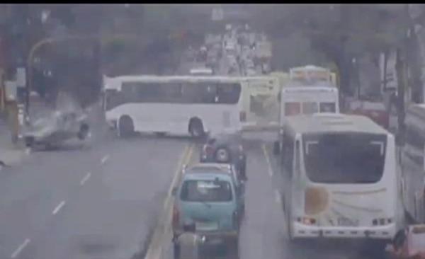 El 30 de mayo, en paseo Colón, este bus de la Periférica golpeó de costado el vehículo liviano que conducía Marlon Evans. | VIDEO MUNICIPALIDAD DE SAN JOSÉ.